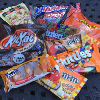 2016's Newest #HalloweenCandy: Is It a Trick or a Treat? Win A Candy Prize Pack & $75 Gift Card!